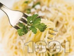 Лесни спагети с магданоз и сушени чушки - снимка на рецептата